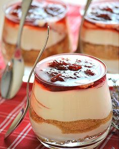 Express Greek Dessert with Yogurt, Cookies and Marmalade.
