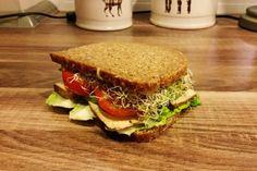 Natja organisiert die Health.Point.Challenge und nimmt auch selbst daran teil. Ihr Plan: Vegan For Fit nach Hildmann. Aus dem Buch ist auch dieses leckere Sandwich