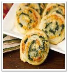 Ham-kaas-pesto rolletjes / * bladerdeeg * geraspte kaas * ham reepjes * pesto (zelf gemaakt)