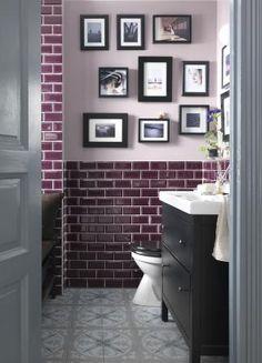 Anvend farver, billeder på væggene og mørkt træ og overrask dine gæster med et anderledes og dekorativt badeværelse, som også er en fornøjelse for dig hver dag.