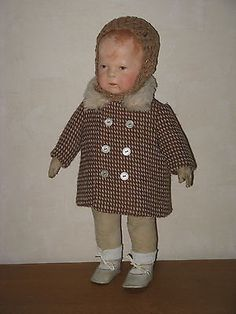 Alter-brauner-Pepita-Puppenmantel-aus-Wollstoff-und-Woll-Muetze