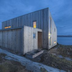 "Gallery: <a href=""https://smallhousebliss.com/2016/11/24/tyin-tegnestue-k21-skardsoya/"">A modern coastal cabin in Norway | TYIN tegnestue</a>"
