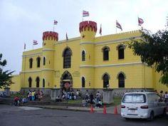 Son estudiantes que visitan un museo en Costa Rica. El museo es muy grande.