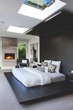 Кровать на подиуме с окнами над ней