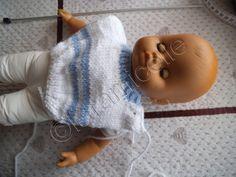 Habiller un poupon ,ça vous dit? celui là mesure 43 cm; le pull a une ouverture sur l'épaule ; il peut sembler un peu technique MAIS je vous guide pas à pas et en photos matériel laine à tricoter avec du 4 3 aig 4 3 arrêts de mailles 1 bouton points côtes...