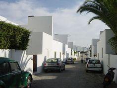 Alvaro Siza - Quita de Malagueira - Evora (Portugal) - Logements sociaux - 1977-1995: Evora Portugal, Best Places In Portugal, Building Images, Green Street, Social Housing, Less Is More, Mediterranean Style, Urban Design, Modern Architecture