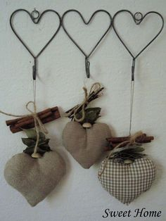 Para hacer con viejas perchas de alambre - To do with old wire hangers. The Little Corner Wire Crafts, Diy And Crafts, Arts And Crafts, Fabric Hearts, I Love Heart, Heart Crafts, Primitive Crafts, Felt Fabric, Valentine Decorations