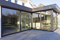 https://flic.kr/p/c8PBU1 | Aluminium woonveranda modern, uitbouw keuken, woonveranda | Woonveranda modern : buitenaanzicht schuin op Reynaers schuiframen en dakrandafwerking met vlakke alu plaat en ceder (ADR Construct)
