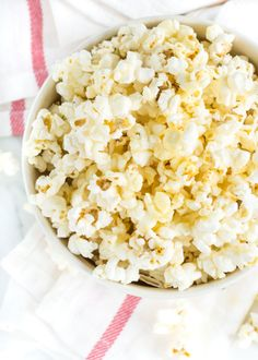A super quick and easy homemade Sweet and Salty Popcorn recipe. Freshly popped popcorn in the microwave dressed in butter, honey, sea salt and vanilla. Healthy Popcorn, Homemade Popcorn, Popcorn Recipes, Snack Recipes, Ww Recipes, Candy Recipes, Free Recipes, Honey Popcorn, Sweets