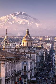 Catania and Mount Etna in the background, #Sicily / #Italy (via Antonio Violi).
