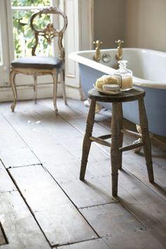 Rustic bathroom with claw foot tub Bad Inspiration, Bathroom Inspiration, Roll Top Bath, Vintage Stool, Tadelakt, Cool Ideas, Beautiful Bathrooms, B & B, Furniture Decor