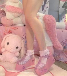 Uggs are not only the most loved but also the most controversial boots on the market. Soft Grunge, Grunge Style, Style Hipster, Baby Pink Aesthetic, Daddy Aesthetic, Aesthetic Shoes, Aesthetic Clothes, Tokyo Street Fashion, Le Happy