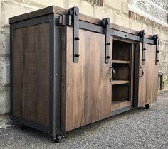 Ce magnifique centre de divertissement de bois récupéré a été fabriqué à partir de planche de grange de pin raboté, coins en acier/garniture et complété à l'aide de matériel de porte de grange. Il a été scellé à l'intérieur et à l'extérieur avec zéro laque à base d'eau de COV.