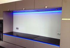 Keukenglas met LED strip. LED strip is in te stellen in alle kleuren.