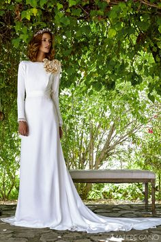 Vestidos de novia. Colección 2017. Vestido en crep manga larga rematada con guipur