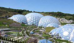 Pentagonal, Phyllotactic Greenhouse and Education Center Cornwall, England's Eden Project is home to the world's largest greenhouse, composed of geodesic domes that are made up of hexagonal and pentagonal cells. Eden Project, British Architecture, Unique Architecture, Large Greenhouse, Amazing Buildings, Unusual Buildings, Seven Wonders, Geodesic Dome, Days Out