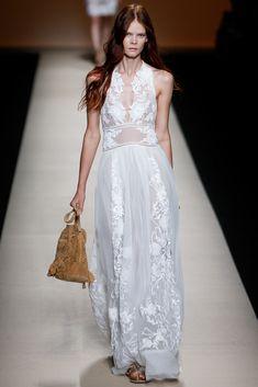 Como quiero que mi boda sea en la playa, me gustaría casarme con un vestido como este. Alberta Ferretti | #CatWalk #MFW #SS15