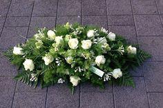 Grafstuk met witte rozen