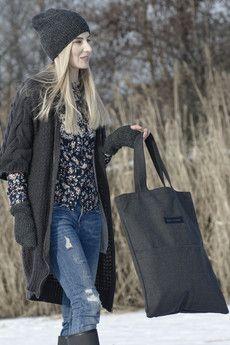 Ręcznie wykonana torba w kolorze szarym, z bardzo wytrzymałego materiału. Pasuje do ciepłych płaszczy i swetrów, idealna na sezon jesienno-zimowy. Posiada 2 zewnętrzne kieszenie i jedną wewnetrzną. Na przodzie torby zanjduje się oryginalna metka, wykonana z czarnego holograficznego materiału. Torba jest sztywna, nie zniekształca się pod wpływem ciężaru – tak jak inne tkaninowe torebki. Podszewka wykonana z bawełnianej tkaniny. Torby nie wykręcać i nie prasować po zewnetrznej stronie.Torba…