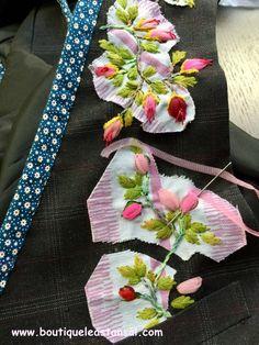 Accrochez-moi, c'est un coussin brodé de roses en boutons. Un modèle de Léa Stansal très facile à réaliser. Parfait pour les débutantes. Voici le tuto.
