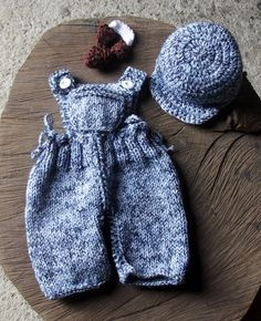 Conjunto confeccionado em tricô. <br>detalhes - botões e estilingue em crochê. <br>cor - azul mescla <br>tamanhos - RN/ 1 a 3 3 a 6 meses