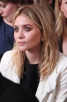 Here's a stunning beauty close-up of Ashley Olsen with full brows and brown smokey eyes . Get the look: + Kenneth Jay Lane Cluster Ea. Mary Kate Ashley, Mary Kate Olsen, Elizabeth Olsen, Ashley Olsen Hair, Olsen Twins Style, Full Brows, Smokey Eye For Brown Eyes, Full House, Dream Hair