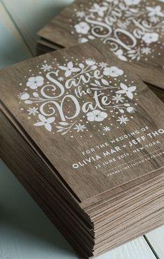 Save the date amadeirado, perfeito para casamentos rústicos no campo. Pode ser adaptado para o convite oficial de casamento também.