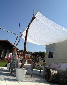 Leuk om zelf te maken | Mooi schaduw doeken , boomstronk met splitsing in pot met cement ,afwerken grove stenen. Door Harlinde
