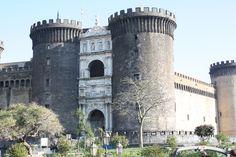 nápoles, italia. castel nuovo. un verdadero castillo de princesas