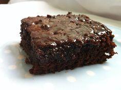 Bolo de chocolate molhadinho, mesmo simples é irresistível e delicioso. Aprenda a fazer essa receita de bolo de chocolate molhadinho.