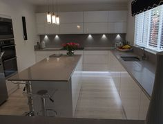 Our gallery of hundreds of real-life kitchen ideas. Including case studies and designer input, helping you to get ideas for your new kitchen. Small Kitchen Diner, Open Plan Kitchen Living Room, Real Kitchen, Life Kitchen, Diy Kitchen Decor, Kitchen Interior, Design Kitchen, Kitchen Ideas, High Gloss White Kitchen