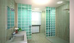 Un baño que transmite paz y tranquilidad. Espacio minimalista. Bloque de vidrio en tono azulado simulando la profundidad del mar.