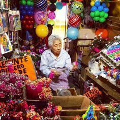 Señora vendiendo juguetes mexicanos