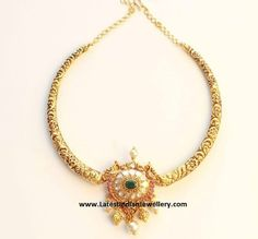Simple and traditional nakshi work kanti necklace with engraved floral and vines design on 22 carat antique gold attached to a si. Indian Jewellery Design, Indian Jewelry, Jewelry Design, Quartz Jewelry, Gold Jewelry, Gold Necklaces, Antique Gold, Antique Jewelry, Sumo