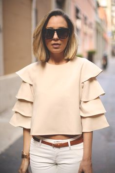 Skinny jeans and bell sleeved top- neutral colors Beautiful Outfits, Cool Outfits, Casual Outfits, Look Fashion, Womens Fashion, Fashion Design, Fashion Trends, Blouse Styles, Blouse Designs