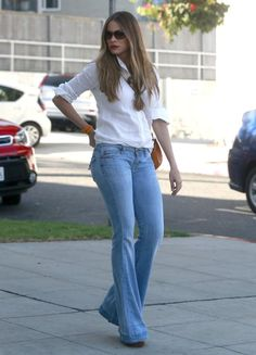 To Sofia Vergara, street style means form-fitting dresses, tight flared jeans that show off her curves, and always (always! Mom Outfits, Summer Outfits, Casual Outfits, Fashion Outfits, Blue Outfits, Women's Fashion, Blue Jeans Outfit Summer, Street Style 2016, Vetement Fashion