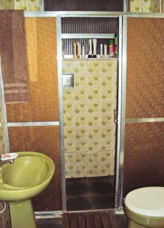O antigo banheiro foi totalmente reformado e mais aconchegante. Na substituição dos canos, os moradores aproveitaram para reposicionar a pia e somar cerca de 10 cm à área de banho, fechada com portas corrediças de vidro (75 cm cada uma).