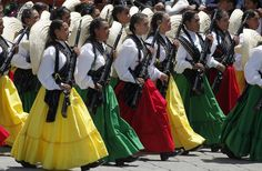 Soldaderas march in a parade celebrating the Mexican Revolution. The colors of the skirts worn by these Mexican Army soldiers are those. Zar Nikolaus Ii, Female Army Soldier, Mexican Army, Mexican Girls, Ukraine, Mexican Heritage, Hispanic Heritage, Mexican Style, Mexican Outfit