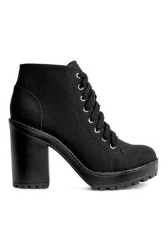 Canvas platform boots: Platform ankle boots in canvas with lacing at the top, fabric linings and rubber soles. Platform front 3 cm, heel 10.5 cm.