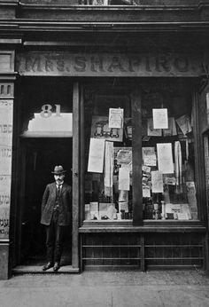 Yaakov Nirenstein at Shapiro Vallentines 3/Jacob Nirenstein outside Shapiro, Vallentine in Wentworth St (c.1900)