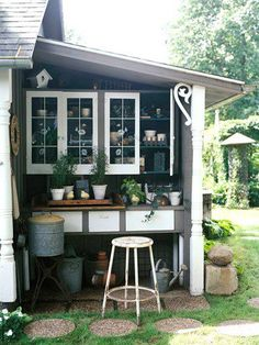 Sheds and Greenhouses Potting area in lean-to shed.I could build this for summer storagePotting area in lean-to shed.I could build this for summer storage Station D'empotage, Potting Station, Outdoor Rooms, Outdoor Gardens, Outdoor Living, Outdoor Decor, Modern Gardens, Small Gardens, Dream Garden