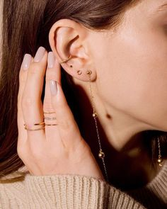Trending Ear Piercing ideas for women. Ear Piercing Ideas and Piercing Unique Ear. Ear piercings can make you look totally different from the rest. Ear Piercing For Women, Piercing Face, Cute Ear Piercings, Ear Piercings Cartilage, Cartilage Hoop, Peircings, Chain Earrings, Crystal Earrings, Women Accessories