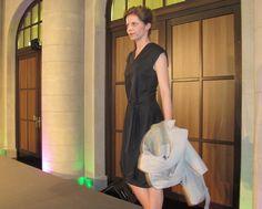 Juliane in einem Kleid von Magdalena Schaffrin mit einem Trenchcoat von Leibschneider - erhältlich im FAIR QUEEN Online Shop