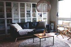 svart-lädersoffa-vit-vitrin-bokhylla-billy