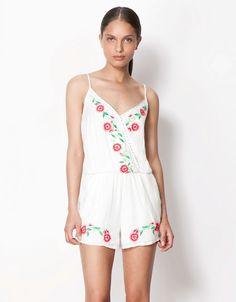 çift kat beyaz elbise, çiçekli beyaz elbise, kısa elbise #bershka #elbise #koleksiyon #desen #desenlielbise #etnikelbise #ilginçelbise # kısaelbise #şort #etek #bluz #yazlık #ayakkabı #tulum #pantolon