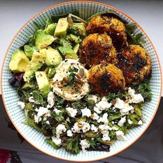 This bowl of outstanding flavor come to us from @queensofcheese for a #foodiefriendsfavorites feature! Homemade sweet potato & cauliflower falafels (how delicious do they sound!) with crispy roasted kale & green pepper feta baby leaf salad avocado hummus  and an assortment of seeds. This is the kind of dish I can never resist! . Thank you @queensofcheese for sharing the inspiring bowl with us all! Please tag #foodiefriendsfavorites and @feedtheswimmers and show us what you crave…