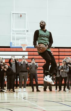 He spun around in the air and hit a lay up as if it were nothing. I Love Basketball, Custom Basketball, Basketball Skills, Basketball Legends, Basketball Players, Nba Quotes, Best Nba Players, Nba Fashion, Nba Wallpapers
