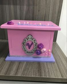 Listo para guardar todas tus cosas mas hermosas Best Youtubers, Toy Chest, Storage Chest, Personalized Piggy Bank, Safe Room, Manualidades