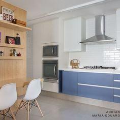 Para quebrar a cor predominantemente clara dessa cozinha, escolhemos o azul para a cor dos armários! @favomoveis #projetosadalagomide