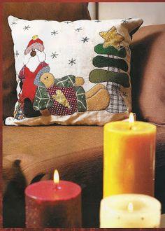 Detodomanualidades: Como hacer un cojín navideño Applique Patterns, Rubrics, Pillar Candles, Make It Simple, Merry Christmas, Throw Pillows, Ideas Para, Christmas Cushions, Patchwork Navidad